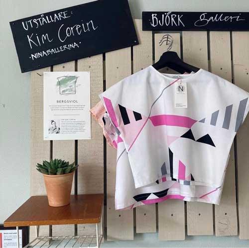 Ny utställning av kläder av Kim Corein på Björk Kafé och Skafferi i Kvarteret Bryggeriet